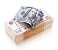 Montón de 5000 rublos rusas de billetes de banco y de cientos billetes de dólar Imagenes de archivo
