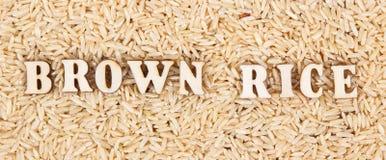 Montón del arroz moreno como fondo, concepto libre de la comida del gluten sano Imágenes de archivo libres de regalías