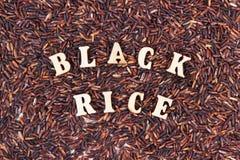 Montón del arroz negro como fondo, concepto libre de la comida del gluten sano Imagenes de archivo