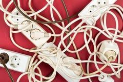 Montón del caos del cable de los cables de extensión eléctricos múltiples del alambre Fotos de archivo