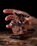 Montón del chocolate quebrado de los pedazos foto de archivo