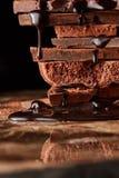 Montón del chocolate quebrado de los pedazos fotografía de archivo