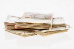 Montón del euro cincuenta Pila de los billetes de banco Pila del manojo del dinero Paquete de euros foto de archivo