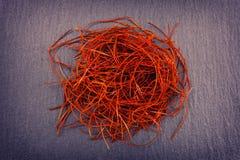 Montón del fondo rojo de Chili Threads On Gray Slate fotografía de archivo