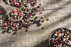 Montón del grano de pimienta de las mezclas rojas, blanco y verde foto de archivo libre de regalías