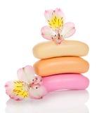 Montón del jabón de retrete y de las flores Fotografía de archivo libre de regalías
