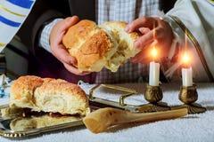Montón del pan redondo dulce del jalá del Sabat con fotografía de archivo