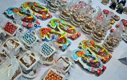 Montón del regalo de vacaciones del Año Nuevo en bazar de la caridad de la Navidad en Kiev, Foto de archivo libre de regalías