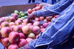Montón escogido recientemente jugoso de las manzanas rojas exhibidas para el cliente en una tienda al por menor cerca del borde d foto de archivo libre de regalías