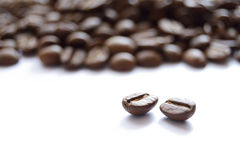 Montón grande de los granos de café de Brown aislados en el fondo blanco Imagen de archivo