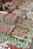 Montón llenado palillos del salami en el mercado callejero Imagen de archivo