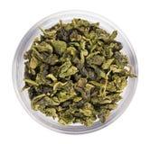 Montón verde del té de la hoja en tazón de fuente de cristal transparente Fotos de archivo libres de regalías