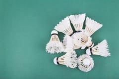 Montões da peteca usada e para fora worned do badminton no cour verde Fotos de Stock