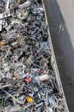 Montões do material classificado em uma facilidade de reciclagem fotos de stock