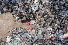 Montões do material classificado em uma facilidade de reciclagem fotografia de stock