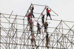Montörerna bygger en enorm metallstruktur royaltyfri foto