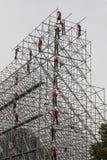 Montörerna bygger en enorm metallstruktur royaltyfria foton