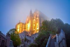 Mont圣米歇尔在一个有雾的晚上,诺曼底,法国 免版税图库摄影