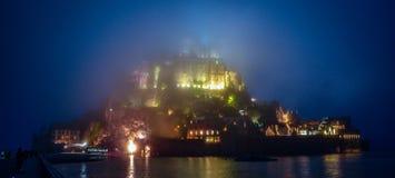 Mont圣米歇尔在有雾的夜,诺曼底,法国 免版税库存图片