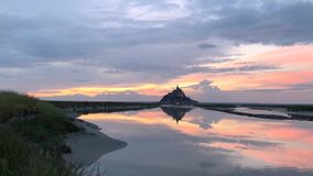 Mont圣米歇尔 在美丽的日落天空的Timelapse 股票视频