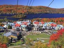Mont缆索铁路的Tremblant和湖在秋天,魁北克 免版税库存图片