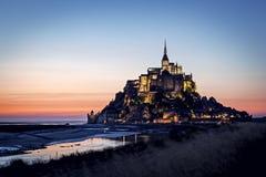 在日落的Mont圣米歇尔 免版税库存图片