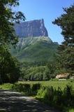 Mont Aiguille en el rango de Vercors. Montan@as francesas Fotos de archivo