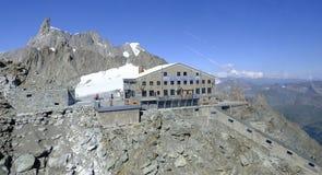 MONT BLANC Η καλύβα του Τουρίνου λειτουργεί ως καταφύγιο βουνών με την οριζόντια σήραγγα και έναν κάθετο ανελκυστήρα Ιταλία στοκ εικόνες