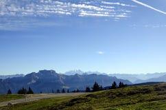 Mont Blanc και βουνά Tournette, κραμπολάχανο, Γαλλία Στοκ Φωτογραφίες