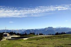 Mont Blanc και βουνά Tournette, κραμπολάχανο, Γαλλία Στοκ φωτογραφία με δικαίωμα ελεύθερης χρήσης