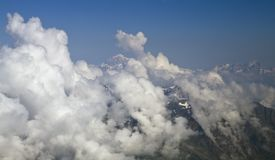 Mont Blanc-berg door de wolken stock afbeelding
