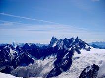 Mont Blanc-de mening van het de zomerlandschap van het massief van Aiguille du Midi zet op royalty-vrije stock afbeeldingen