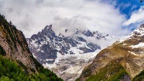 Mont Blanc in den Wolken stockfotos