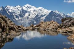 Mont Blanc in een klein meer wordt weerspiegeld dat Royalty-vrije Stock Fotografie