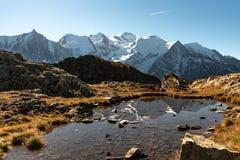 Mont Blanc en bezinning in meer royalty-vrije stock foto's