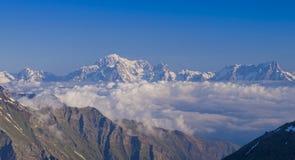 Mont Blanc-Gebirgsmassivansicht vom Aostatal lizenzfreie stockfotografie