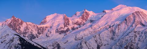 Mont Blanc-Gebirgszug bei Sonnenuntergang im oberen Wirsing Chamonix, Haute-Savoie, Alpen, Frankreich lizenzfreie stockbilder