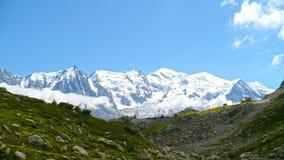 Mont Blanc i fjällängarna Arkivfoto