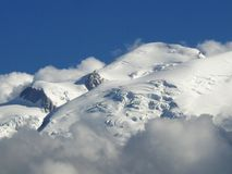 Mont Blanc-massief onder de sneeuw in de Franse Alpen Stock Foto's