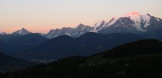 Mont Blanc masyw przy zmierzchem zdjęcia royalty free