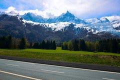 Mont Blanc Mountain ha coperto di neve in primavera Panorama stupefacente con la valanga della neve di alpi francesi in primavera Immagini Stock Libere da Diritti
