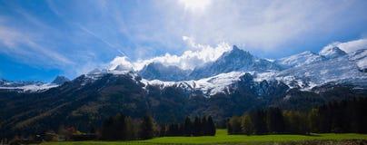 Mont Blanc Mountain ha coperto di neve in primavera Panorama stupefacente con la valanga della neve di alpi francesi in primavera Immagine Stock Libera da Diritti