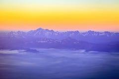 Mont Blanc na cordilheira dos cumes é o pico o mais alto do Euro Foto de Stock