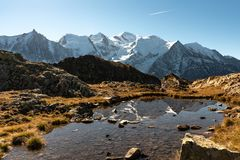 Mont Blanc och reflexion i sjön royaltyfria foton