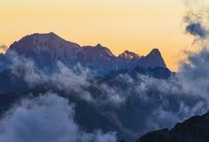 Mont Blanc på solnedgången i molnen, fjällängar, Italien Arkivfoton