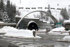 Mont Blanc percent un tunnel l'entrée, Italie Images libres de droits