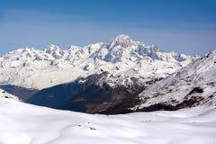 Mont Blanc ragen Winterlandschaftstrieb von ` Val d Isere-Skiort empor stockfotos