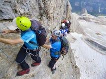 MONT BLANC, scalatori che raggiungono la sommità del picco di montagna Fotografia Stock Libera da Diritti