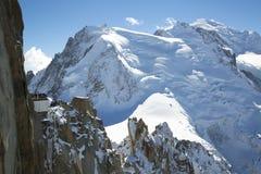 Mont Blanc-terras die Mont Blanc-berg overzien bij de berg hoogste post van Aiguille du Midi Stock Foto's