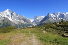 Mont-Blancgebirgsmassiv und kleiner Pfad Stockbilder